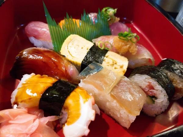 お得な寿司盛り合わせランチ