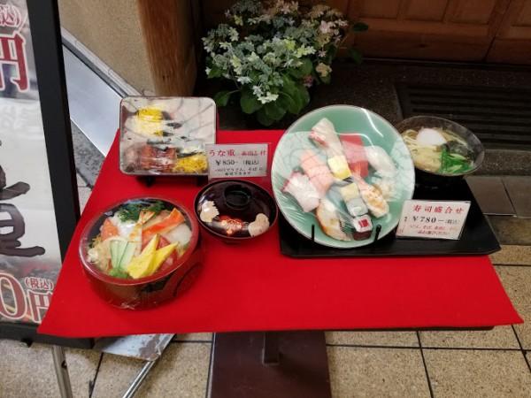 丸万寿司のランチディスプレイ